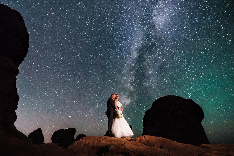 Night sky wedding bride and groom astro photo