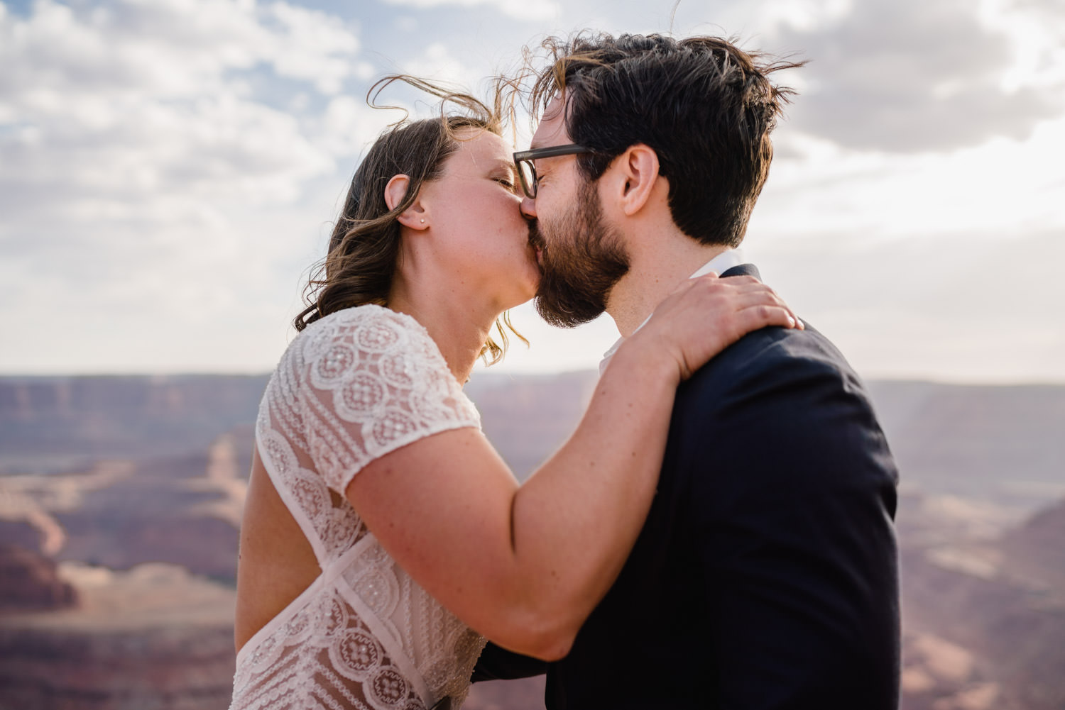 Dead Horse Point elopement bride and groom kissing photo