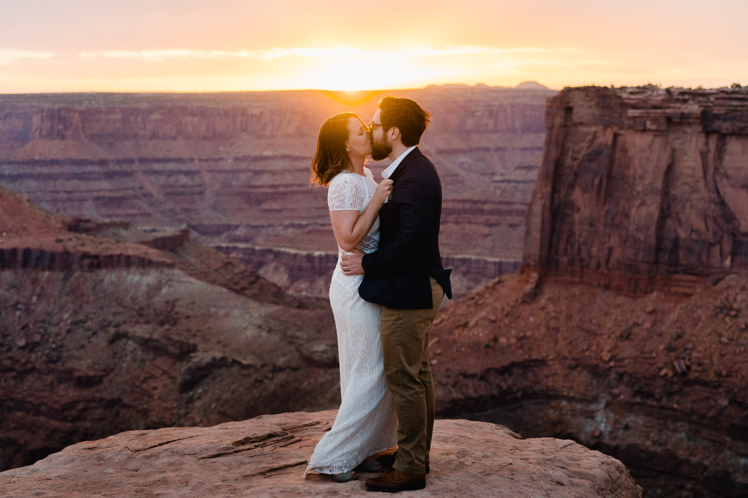 Dead Horse Point elopement sunset kiss photo